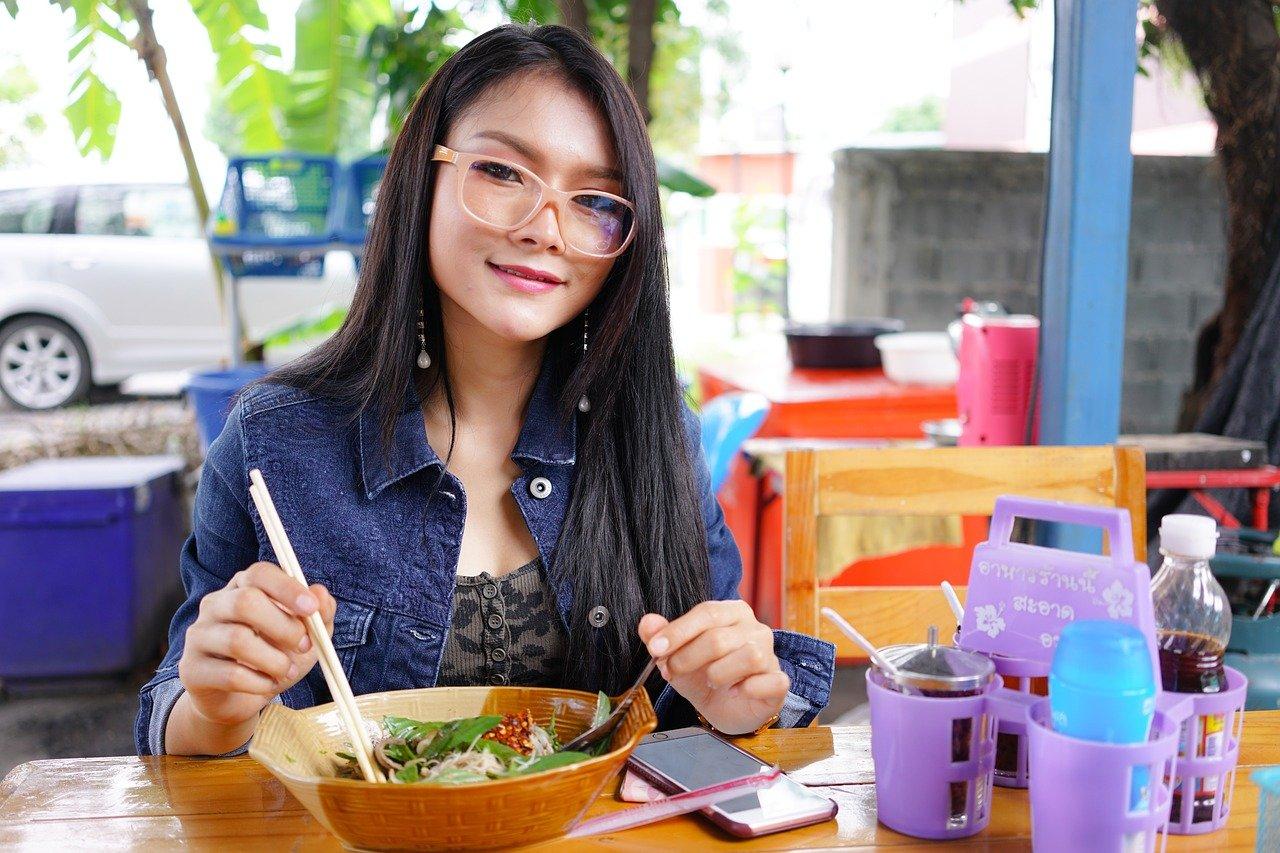 Jedząca Azjatka